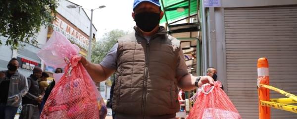 """350 vendedores informales del  """"Trasnochón"""" en San Victorino reciben ayudas alimentarias"""