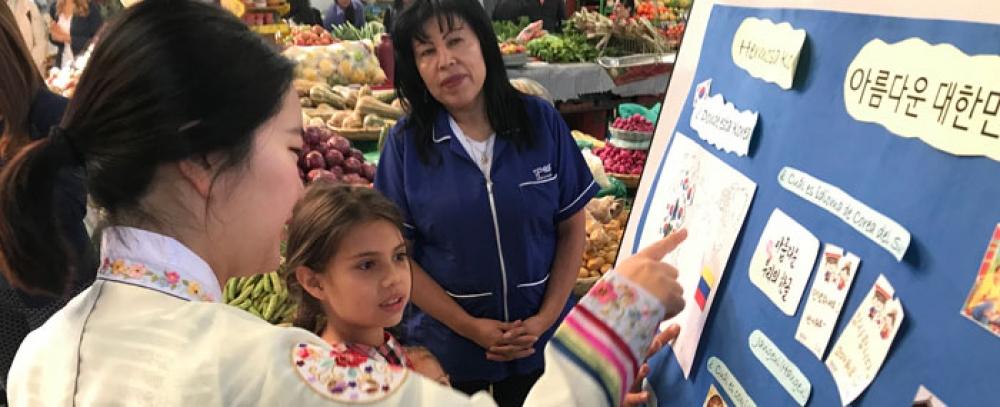 Una maestra coreana llegó a enseñar en las plazas distritales de mercado