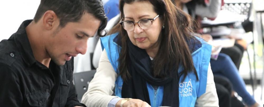 Alcaldía de Bogotá organiza rueda de empleo para vendedores informales en Engativá