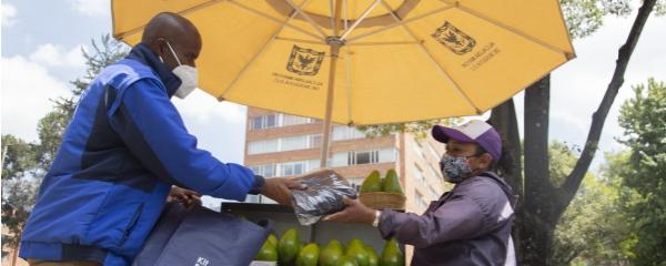 El IPES entrega 6.000 kits de bioseguridad a vendedores informales