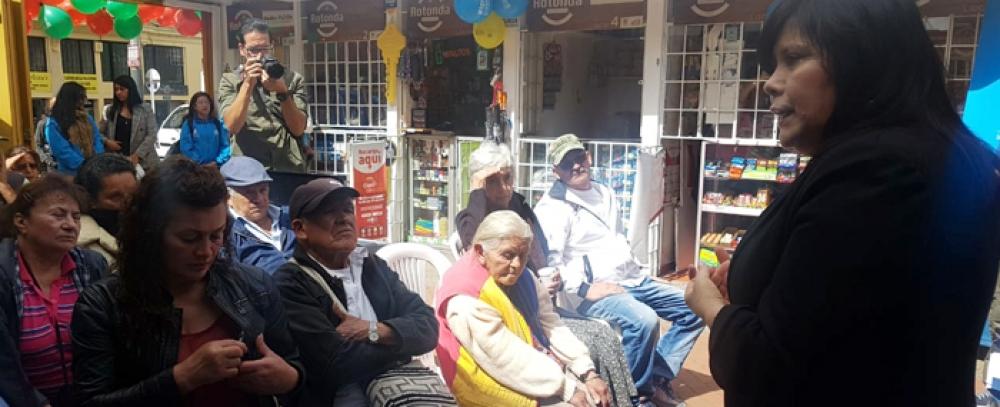 Alcaldía de Bogotá entrega 17 módulos en puntos comerciales a vendedores informales