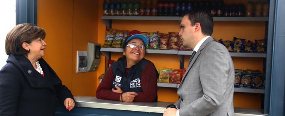 Alcaldía de Bogotá entrega nuevos quioscos a vendedores informales